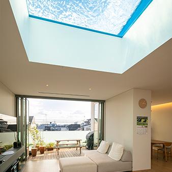 昼と夜で様相を変える幻想的な屋上プール!!