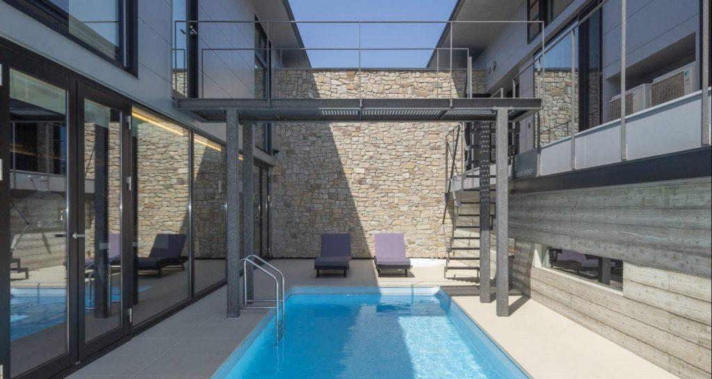 プールを囲む姫路のプールハウス