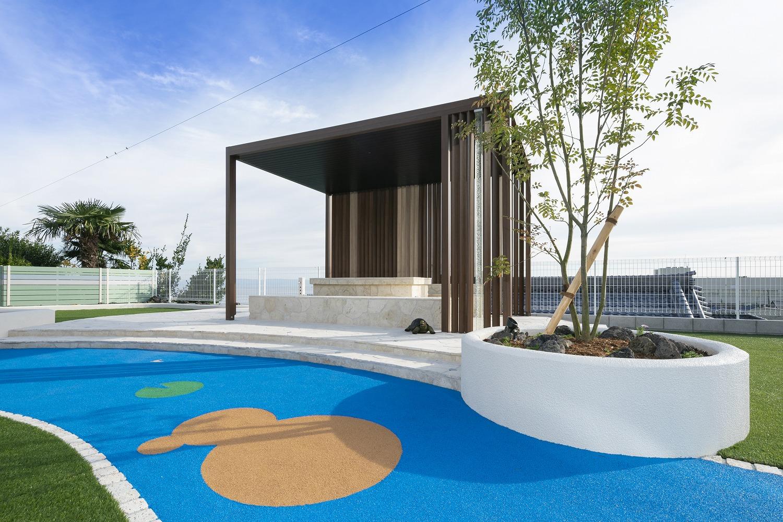 プラスGで施工された高台に建つ海を見渡すテラス