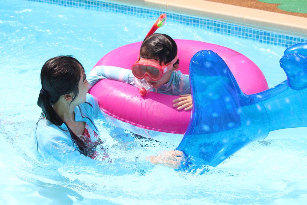 プールで遊ぶ姉妹
